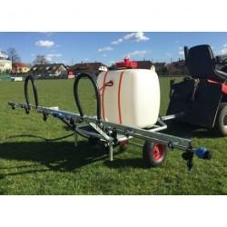 Tažený postřikovač na plevele trávníku a na jeho hnojení kapalnými hnojivy